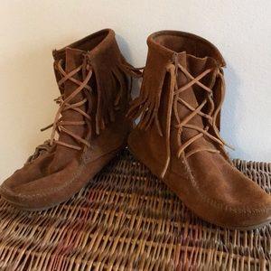 Minnetonka fringe boot, lace up